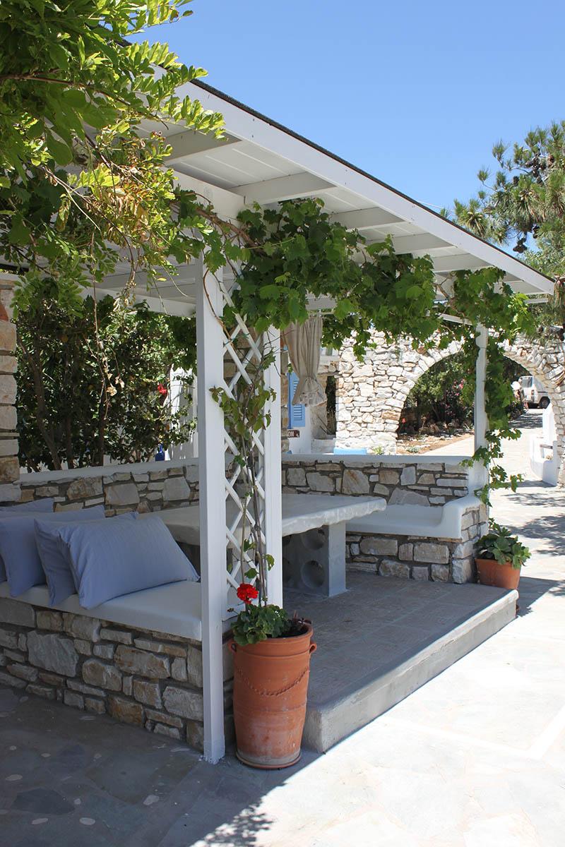 Room rentals in Drios Paros - outdoor lounge